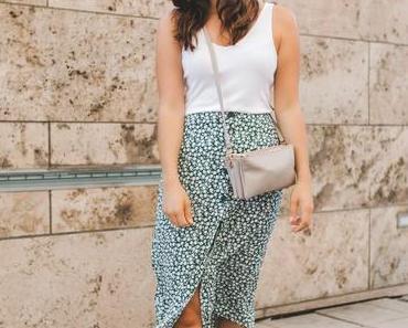 Sommer Outfit mit Midirock, Basic-Shirt und weißen Sneakers