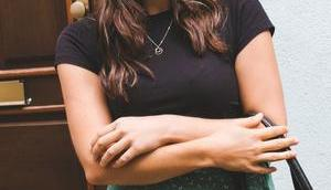 Elegant Casual: Mein luftiges Alltagsoutfit geblümten Midirock Basic Shirt
