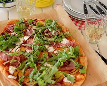 Sommer-Pizza mit Pfirsich und Burrata