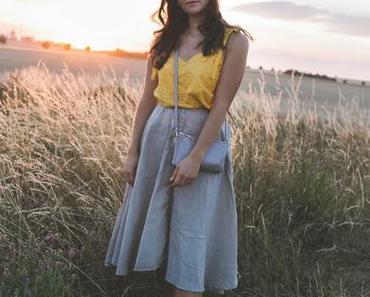 Spätsommer Outfit mit Midirock aus Leinen und gelbem Top