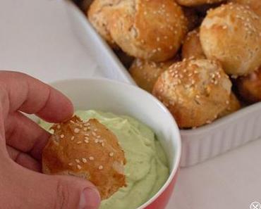Bretzelbällchen mit Sesam mit Guacamole