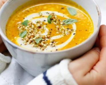 HERBSTLICHES GLÜCK – ZUM LÖFFELN NAH! Süßkartoffel-Kokos-Suppe mit Cashewcreme und geröstetem Buchweizen