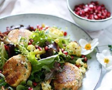 SUPERFOODTASTISCH IN DEN OKTOBER! CousCous Laibchen mit geröstetem Kurkuma-Karfiol und Granatapfel-Salat