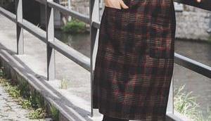Herbst Outfit kariertem Midikleid, schwarzen Boots Matt