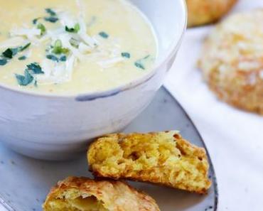 WARMER SUPPENZAUBER FÜR KALTE TAGE! Cremige Maissuppe mit unseren liebsten, knusprigen Käse-Scones