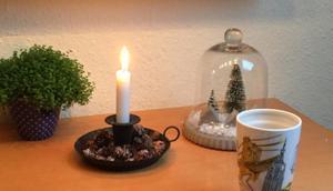 Januar 2019 oder Frühstück Kerzenlicht, grauem Nieselwetter, Bügeln Lesen