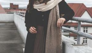 Winter Outfit Faltenrock klassisch schwarzem Wollmantel