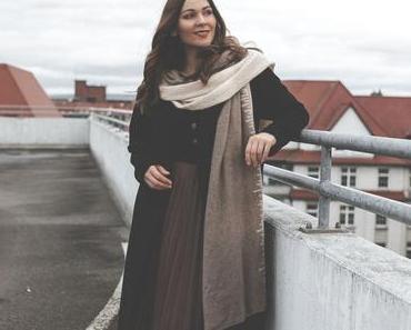 Winter Outfit mit Faltenrock und klassisch schwarzem Wollmantel