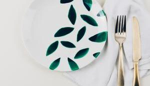 DIY-Idee: bemalst einen Teller Porzellanfarbe