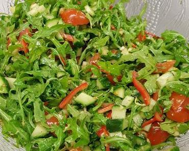 Rot-grüner Rucolasalat (vegan)