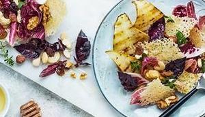 Chips gegrillten Birnen, Radicchio, Nüssen Honig