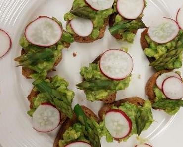 Avocado-Bruschetta mit grünem Spargel (vegan)