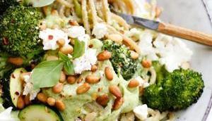 CREAMY DREAMY GREEN PASTA! Spaghetti geröstetem grünen Gemüse Avocado-Basilikum-Pesto