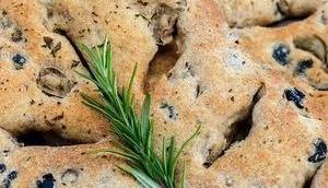 Rustikales Oliven-Rosmarin-Fougasse
