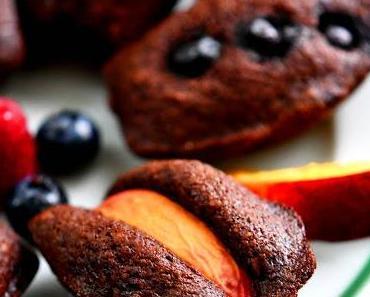 Kakao-Amaretto-Madeleines mit Pfirsichen und Beeren