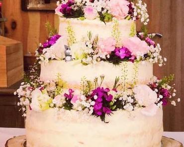 Blumige Naked Cake Hochzeitstorte