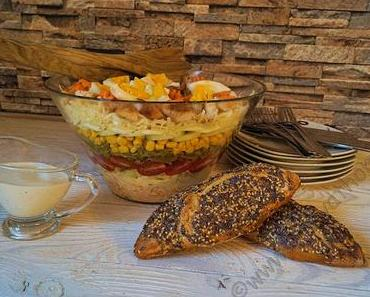 Ein bunter Mix in der Schüssel dank einem Schichtsalat - alles kann und nichts muss #Rezept #Salat #Food
