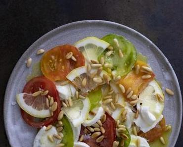 Tomatensalat mit Zitrone, Pinienkernen und Burrata