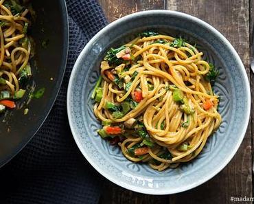 Asia-Nudeln mit Erdnuss und Gemüse
