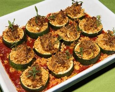 Hirse-Zuchiniröllchen auf pikanter Tomatensauce (vegan)
