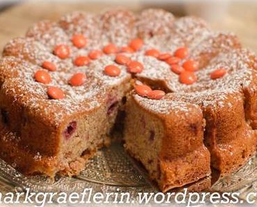 Zimtkuchen mit Äpfeln, Sauerkirschen und Orangen-Smarties