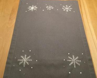 Weihnachtszeit bei Lilamalerie #19 – oder – Gestickte Schneeflocken auf einem Tischläufer
