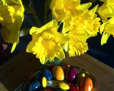 Foto: Eier, Hasen und Osterglocken