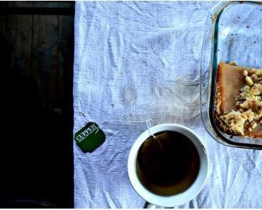 Apfelkuchen und schwarzer Tee