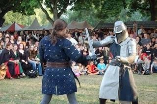 Mittelalter-Spektakel: Gaukler und Schwertkämpfer in Regensburg
