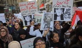 Ägypten: Junge Frauen, die von Soldaten angegriffen, geschlagen und nackt ausgezogen werden protestieren…