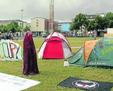 Documenta-Leiterin mag die Camper – Christov-Bakargiev findet die bunten Zelte auf dem Friedrichsplatz gut – Stadt sanktioniert das Zelten nicht – Wächter der Zeit Manfred Kielnhofer