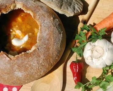 Echte ungarische Gulaschsuppe im Brotlaib