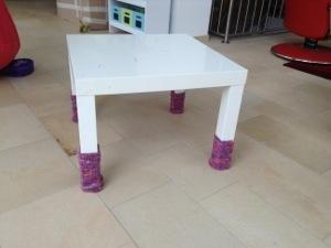 Warme Beine für den Maltisch: Tischstulpen