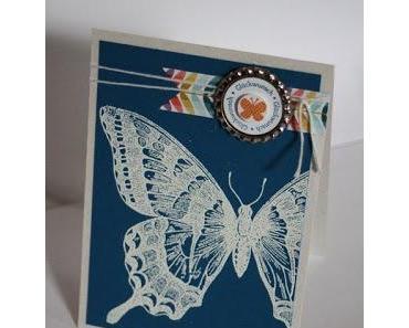 Schmetterlingskarte und Kronkorken nudeln