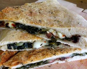 Focaccia mit Mangold, Mozzarella und Kalamata-Oliven