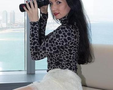 Zimmer mit Aussicht – weisser Minirock mit Leopardenshirt