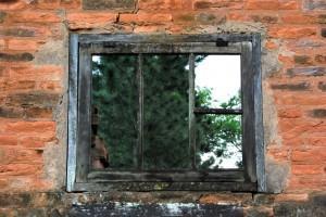 Assi – Gesicht im dreckigen Fenster