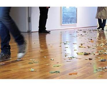Warum da Blätter am Boden rumliegen. Untitled (2011).
