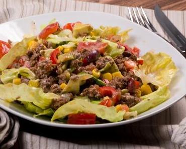 Mexikanischer Salat mit Hackfleisch und Avocado