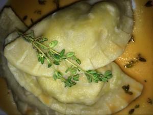 Ravioli mit Ziegenkäse und Feigensenf an einer Sauce aus Rosé-Prosecco und Zitronenthymian mit einem ausgezeichneten Cloudy Bay Sauvignon Blanc
