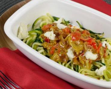 [Low Carb] Zucchini-Spaghetti mit Ajvar-Sahne Soße, Paprika und Speck