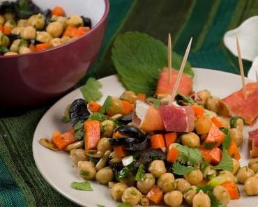 [Low Carb] Kichererbsen-Kräuter-Salat mit Feta-Schinken-Spießen