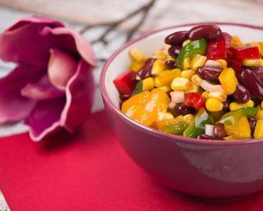 Bohnen-Mais-Salat mit Paprika und Zwiebeln in feuriger Soße