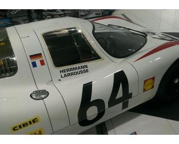 Rotes Lämpchen bremst schnellen Porsche