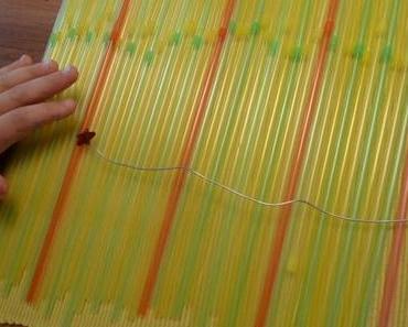 Sommerlich bunt: ein Windspiel aus Trinkhalmen
