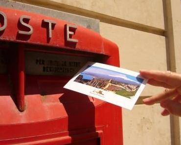Sie hat fast schon Seltenheitswert, und doch sorgt sie im Urlaub für einen Moment der inneren Ruhe: Die klassische Postkarte