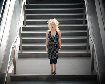 Jayney Klimek feiert heute ihren 50. Geburtstag und verschenkt einen neuen Song