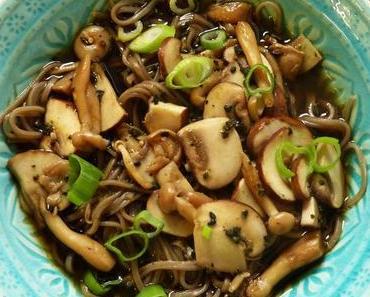 Soba-Nudeln mit Pilzen