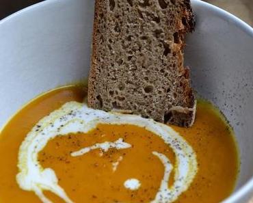 Savoury Wednesday {Pumpkin October}: Kürbissuppe mit Ingwer, Zimt und Kokosmilch