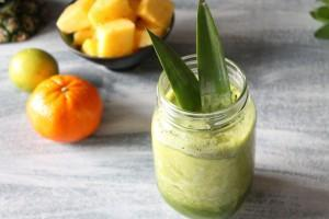 Kleine Vitaminbombe: Ananas-Shake mit Basilikum und Minze